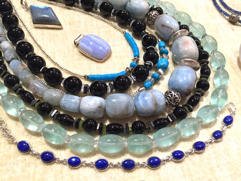 Bijoux présentés au Marché de l'Art de Conflans