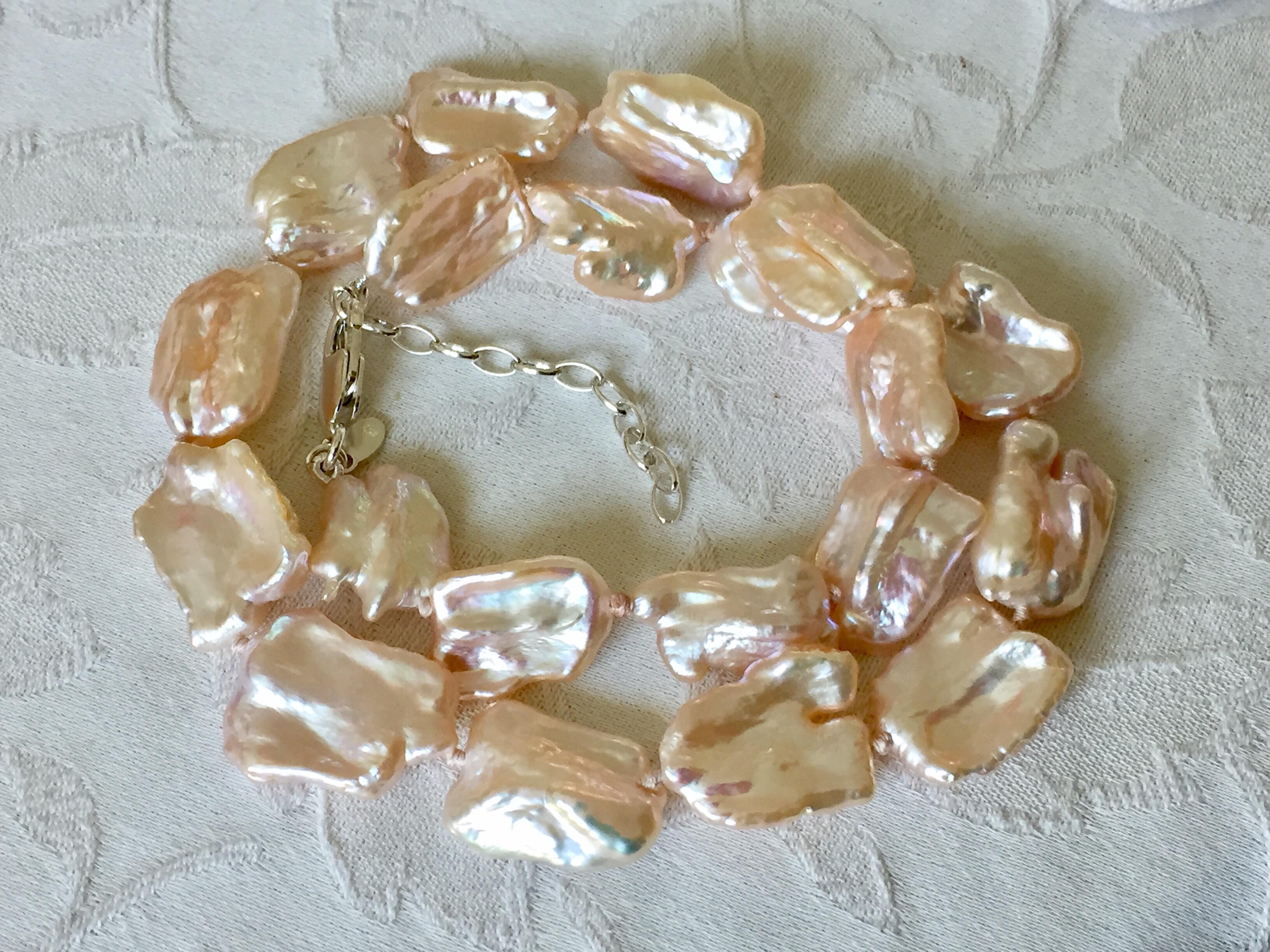 Collier de perles baroques monté sur fil de soie avec des noeuds